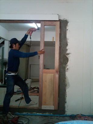 บริการติดตั้งงานประตู-หน้าต่างไม้