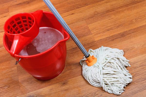 จัดการดูแลพื้นบ้านด้วย เครื่องมือที่มีอยู่ภายในบ้าน ด้วยวิธีง่ายๆ